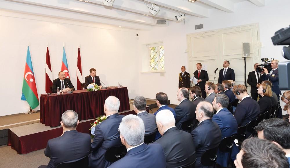 Azerbaijani, Latvian presidents make press statements (PHOTO)