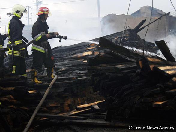 Bakıda yan-yana olan iki fərdi ev yanıb