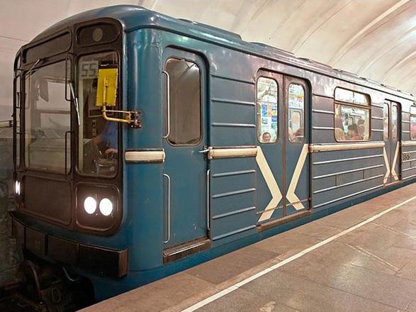 Metroda problem yarandı - sərnişinlər qatardan boşaldıldı