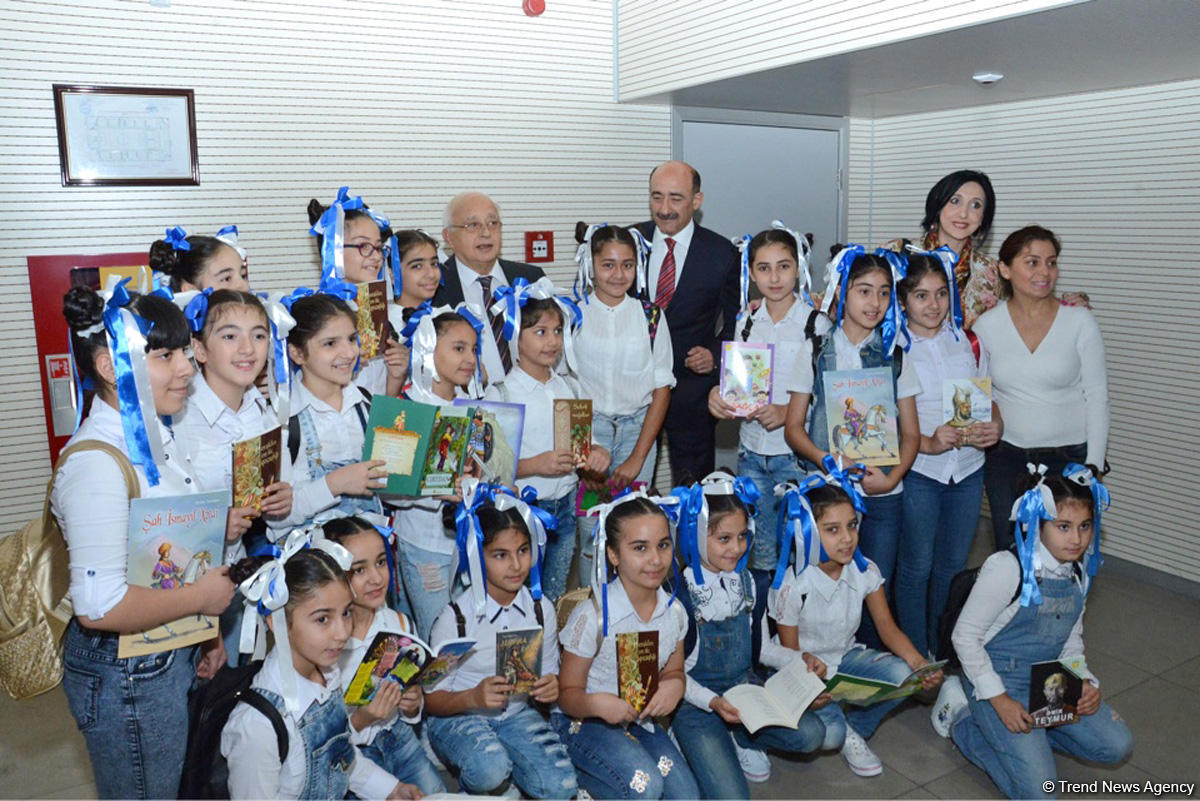Чингиз Абдуллаев: Только читающий книги народ будет развиваться (ФОТО)