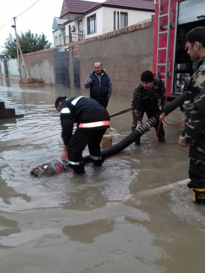 FHN: Xırdalanda və Binə ticarət mərkəzində yığılan yağış suyu çəkilir