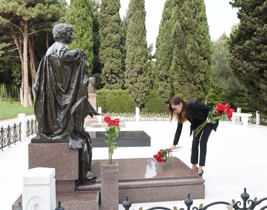 Mehriban Əliyeva görkəmli şərqşünas alim Aida İmanquliyevanın doğum günü münasibətilə məzarını ziyarət edib (FOTO)