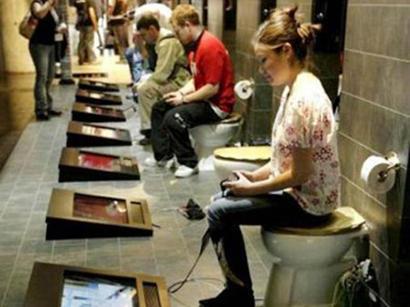 В туалетах Лейпцига установили Playstation