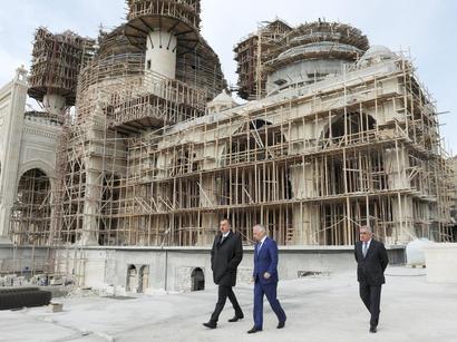 İlham Əliyev Bakıda tikilən yeni məscid kompleksində aparılan inşaat işlərinin gedişi ilə tanış olub (FOTO)