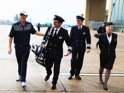 Звезда гольфа Джастин Роуз, испытываемый со стороны British Airways, на крыле Boeing 747 (ФОТО)